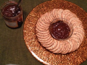 Crackers around fig spread